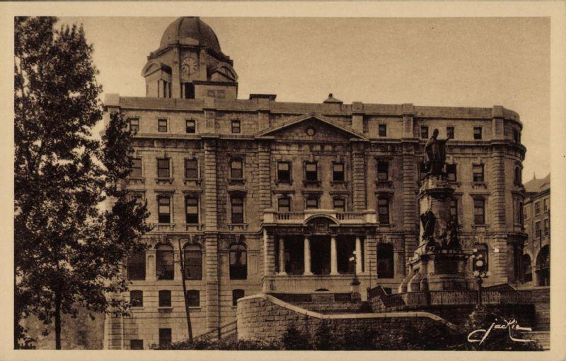 Québec le bureau de poste central et la statue de mgr de laval